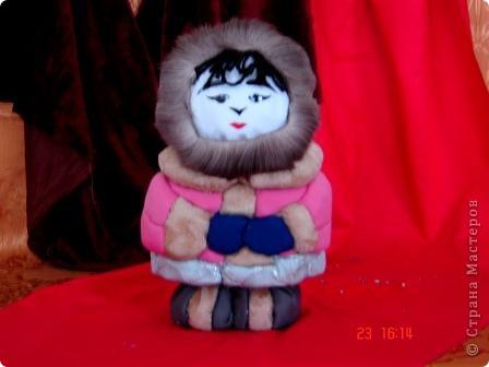 """Все дети любят игрушки, причём самые разные. Почему бы не подарить им их, а если они их сделают своими руками, то подарок будет вдвойне дороже. Сегодня я представляю объёмые модели в технике - инкрустация по пенопласту. МК можно посмотреть здесь - http://kugotova.ucoz.ru/blog/izgotovlenie_igrushki_metodom_inkrustacii/2011-08-16-7  """"Клоун с собачкой"""" (повторюшка) фото 6"""