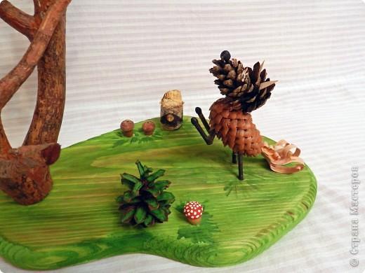 """Гуляя вместе с сыном по лесу в поисках необходимого природного материала для поделки на школьный конкурс """"Природа и фантазия"""", нашли сучок от спиленной сосны. Так, сама собой родилась идея нашей поделки. фото 4"""