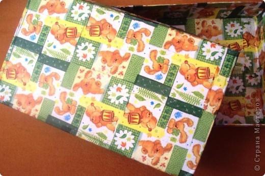Эти коробки очень прочные, предназначены для детских игрушек.  Беру обычные картонные, обклеиваю на строительный ПВА бумагой от журналов. От газет так не прилегает и не  прочно получается. Грунтую, приклеиваю салфетки, покрываю акриловым лаком для саун, он без специфического запаха и не токсичен.  фото 4