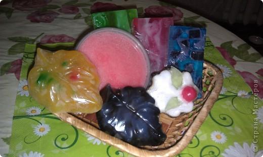 Нарезка. Экспериментировала с цветами. Хотелось чего то необычного. Мыльная основа, масло авокадо, макадамского ореха и аромат киви(самый мой любимый аромат). фото 2