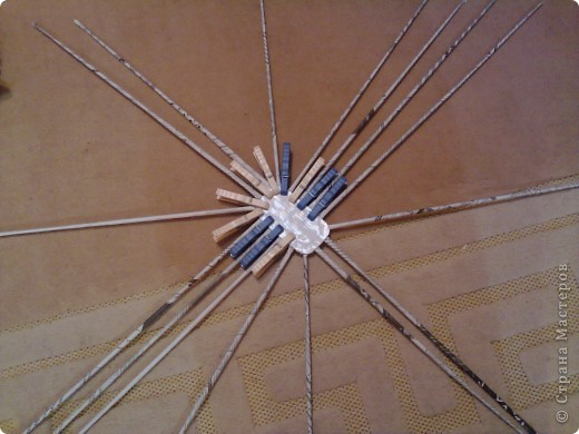 нашла прямоугольный горшочек, вырезала из картона 2 донышка размером с горшочек. в середину вклеила газетные трубочки и оставила высыхать. как крутить трубочки можно посмотреть здесь http://stranamasterov.ru/node/52293?tid=451 фото 1