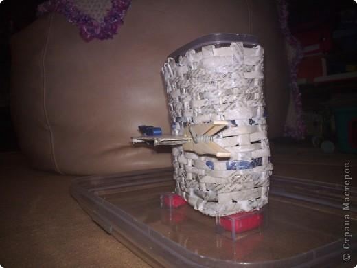 нашла прямоугольный горшочек, вырезала из картона 2 донышка размером с горшочек. в середину вклеила газетные трубочки и оставила высыхать. как крутить трубочки можно посмотреть здесь http://stranamasterov.ru/node/52293?tid=451 фото 5