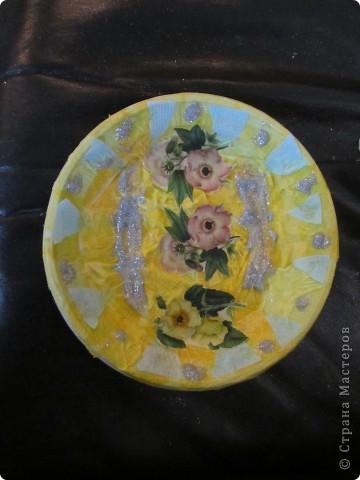 Обклеивали с детьми пластиковые тарелочки салфетками и вот что получилось фото 1