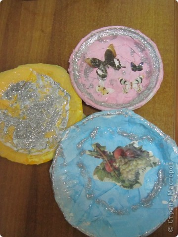 Обклеивали с детьми пластиковые тарелочки салфетками и вот что получилось фото 4