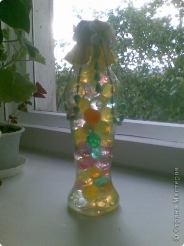 Для того, чтобы сделать такую бутылочку никакого мастерства, конечно, не нужно, но она мне так понравилась, такая веселенькая получилась, что я решила ее все-таки показать)))) Во всех ракурсах))) фото 4