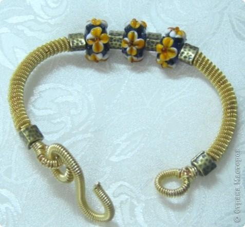 """Coiling gizmo -так назывался весь сайт американского мастера, где была уйма невероятно красивых серебряных браслетов и колье из намотанной спиралью тонюсенькой проволоки. Штучка - по-английски gizmo. Накрученная, намотанная - coiling. Вот мои попытки повторить эти """"штучки"""" в более дешевом варианте. Материал - Art wire - проволока для ручной работы(в основе медь, покрытие не знаю чем, немножко тускнеет в носке, но держится хорошо, не слезает). Основная проволока - толщина 1 мм, тоненькая навивка - 0,3 мм.Добавлена покупная фурнитура """"под бронзу"""" и бусины """"лэмпворк"""" из того же магазина. Намотано на ручной дрели. Мастер-класс по """"штучкам"""" сделаю, покажу и эту технику чуть-чуть. фото 2"""