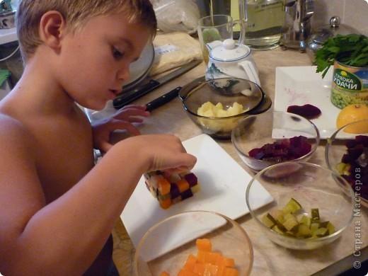 """Случайно увидела этот вариант винегрета у Влада Пискунова- известного кулинара.Обычный винегрет,но такое решение в оформлении меня потрясло.Захотелось повторить,тем более ребенок взялся помочь.Конечно такой вариант подачи блюда не на каждый день.Зато можно гостей и домашних иногда """"убить наповал))))"""" фото 6"""