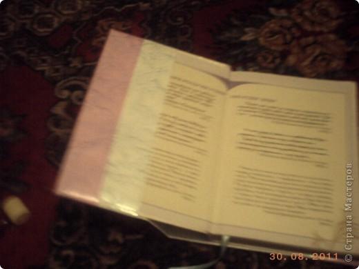 """Чтобы учебники долго служили и имели опрятный вид мы делаем им """"одежки"""".  Я хочу поделится самым, на мой взгляд, простым способом обгортки книг. Берем обои (в магазине можна купить из остатков подешовке), скотч, ножницы, ленточка для закладки, клей. фото 8"""