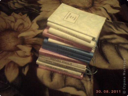 """Чтобы учебники долго служили и имели опрятный вид мы делаем им """"одежки"""".  Я хочу поделится самым, на мой взгляд, простым способом обгортки книг. Берем обои (в магазине можна купить из остатков подешовке), скотч, ножницы, ленточка для закладки, клей. фото 1"""