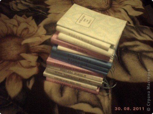 """Чтобы учебники долго служили и имели опрятный вид мы делаем им """"одежки"""".  Я хочу поделится самым, на мой взгляд, простым способом обгортки книг. Берем обои (в магазине можна купить из остатков подешовке), скотч, ножницы, ленточка для закладки, клей. фото 9"""