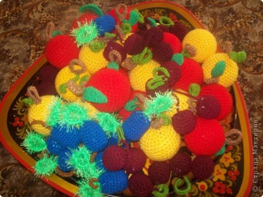 Моя младшая дочурка ходит в детский садик, и что бы как-то разнообразить развивающие пособия , я связала вот такие фрукты. Яблочки-желтые и красные по 10 штучек( внутри небольшие мячики пластмассовые), сливы 10 штук (внутри футляр от киндера), вишенки-10 пар(внутри синтепон) фото 1
