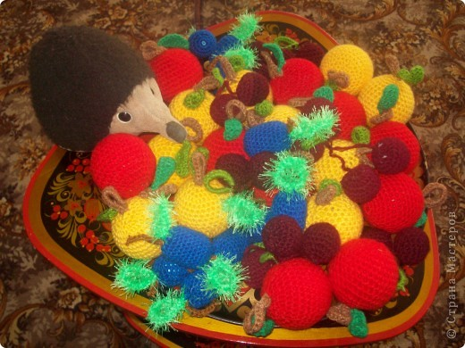 Моя младшая дочурка ходит в детский садик, и что бы как-то разнообразить развивающие пособия , я связала вот такие фрукты. Яблочки-желтые и красные по 10 штучек( внутри небольшие мячики пластмассовые), сливы 10 штук (внутри футляр от киндера), вишенки-10 пар(внутри синтепон) фото 7