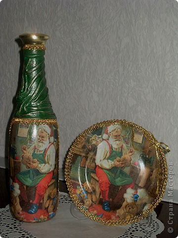 Набор новогодний-на бутылке драпировка из колготок 20 ден(хорошо ложатся и не дают фактуры ткани после грунтовки),мотив из салфетки,подрисовка акрилом,по складочкам сверху зеленого золотым акрилом и оформлено тесьмой на горячий пистолет.И бантик! фото 2