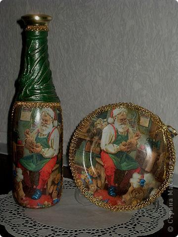 Набор новогодний-на бутылке драпировка из колготок 20 ден(хорошо ложатся и не дают фактуры ткани после грунтовки),мотив из салфетки,подрисовка акрилом,по складочкам сверху зеленого золотым акрилом и оформлено тесьмой на горячий пистолет.И бантик! фото 1