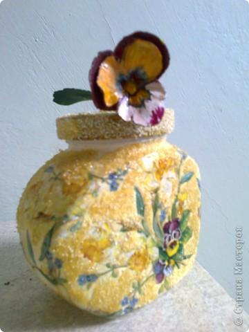 Люблю в декоре кукурузную крупу - она фактурнее и ярче манной. Задекупажировала всю баночку, свободные места обклеила кукурузной мукой. Баночка получилась пушистая. фото 1