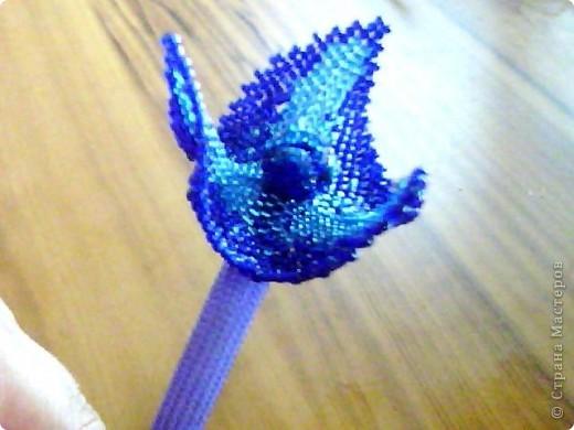 такой цветок (из бисера) на ободок сделала моя доченька. Очень хотелось показать его со всех сторон. фото 2