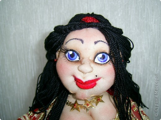 Попросили меня снова сшить танцовщицу на бутылке. Я как-то в последнее время все больше валяла, от шитья уже успела отдохнуть и даже немного соскучиться и поэтому с радостью взялась за дело. Особые приметы будущей куклы были названы: черные волосы, голубые глаза, красная одежда. Ну как бы вот и результат)))) фото 8