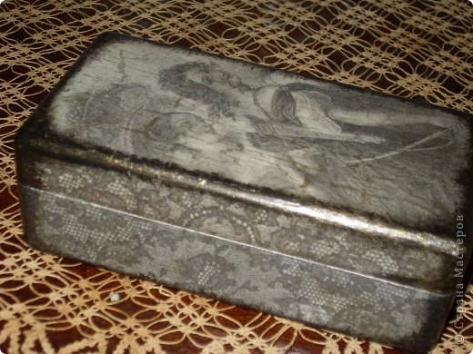 Шкатулка-распечатка ч\б на салфетке,одношаговый кракелюрный лак/как 1-й шаг/ использован в сочетании с акриловым лаком/2-й шаг/В трещины затерта золотая пудра. фото 2