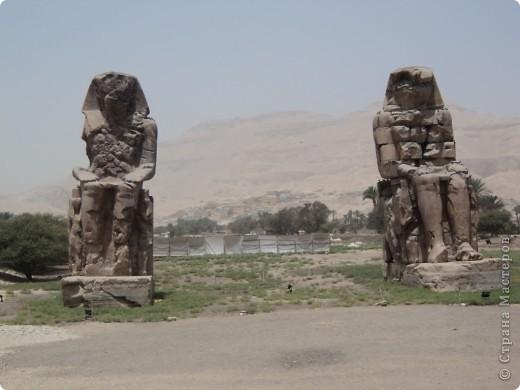 """Сразу оговорюсь, я не знала историю Египта до поездки туда. Все, что я буду описывать рассказали нам гиды (с них весь спрос).  Лето 2010 года. Вылет из Домодедова. Очень не хотелось, чтобы погода нас """"подставляла"""". Приехав в аэропор мы узнали, что многие рейсы перенесли и даже отменили, мы было уже собирались поехать назад домой, но свершилось чудо... В такую погоду, вылет произошел по расписанию. Сидя в самолете, мы уже ощущали себя счастливыми туристами, одной ногой, которые в Египте. фото 17"""