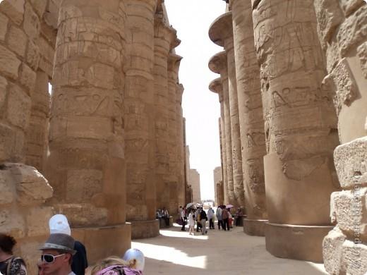 """Сразу оговорюсь, я не знала историю Египта до поездки туда. Все, что я буду описывать рассказали нам гиды (с них весь спрос).  Лето 2010 года. Вылет из Домодедова. Очень не хотелось, чтобы погода нас """"подставляла"""". Приехав в аэропор мы узнали, что многие рейсы перенесли и даже отменили, мы было уже собирались поехать назад домой, но свершилось чудо... В такую погоду, вылет произошел по расписанию. Сидя в самолете, мы уже ощущали себя счастливыми туристами, одной ногой, которые в Египте. фото 21"""
