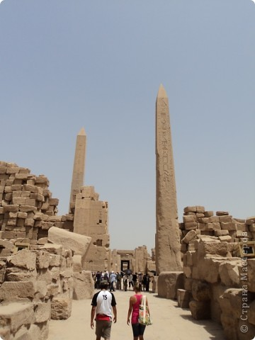 """Сразу оговорюсь, я не знала историю Египта до поездки туда. Все, что я буду описывать рассказали нам гиды (с них весь спрос).  Лето 2010 года. Вылет из Домодедова. Очень не хотелось, чтобы погода нас """"подставляла"""". Приехав в аэропор мы узнали, что многие рейсы перенесли и даже отменили, мы было уже собирались поехать назад домой, но свершилось чудо... В такую погоду, вылет произошел по расписанию. Сидя в самолете, мы уже ощущали себя счастливыми туристами, одной ногой, которые в Египте. фото 23"""