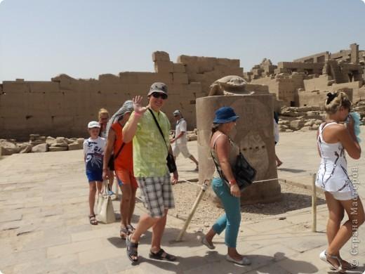 """Сразу оговорюсь, я не знала историю Египта до поездки туда. Все, что я буду описывать рассказали нам гиды (с них весь спрос).  Лето 2010 года. Вылет из Домодедова. Очень не хотелось, чтобы погода нас """"подставляла"""". Приехав в аэропор мы узнали, что многие рейсы перенесли и даже отменили, мы было уже собирались поехать назад домой, но свершилось чудо... В такую погоду, вылет произошел по расписанию. Сидя в самолете, мы уже ощущали себя счастливыми туристами, одной ногой, которые в Египте. фото 26"""