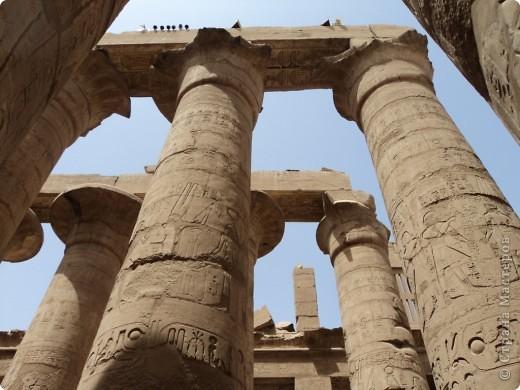 """Сразу оговорюсь, я не знала историю Египта до поездки туда. Все, что я буду описывать рассказали нам гиды (с них весь спрос).  Лето 2010 года. Вылет из Домодедова. Очень не хотелось, чтобы погода нас """"подставляла"""". Приехав в аэропор мы узнали, что многие рейсы перенесли и даже отменили, мы было уже собирались поехать назад домой, но свершилось чудо... В такую погоду, вылет произошел по расписанию. Сидя в самолете, мы уже ощущали себя счастливыми туристами, одной ногой, которые в Египте. фото 22"""