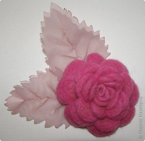 Хочу рассказать вам,  как можно сделать такой цветок легко и просто. Для этого нам понадобится: -игла для валяния (тонкая), -шерсть для валяния, -высокую губку (я использую губку для мойки авто), - лоскут креп-шифона для листочков,  -линейку, -степлер, -английскую булавку, -ароматическую или бамбуковою палочку -лист картона.  фото 1