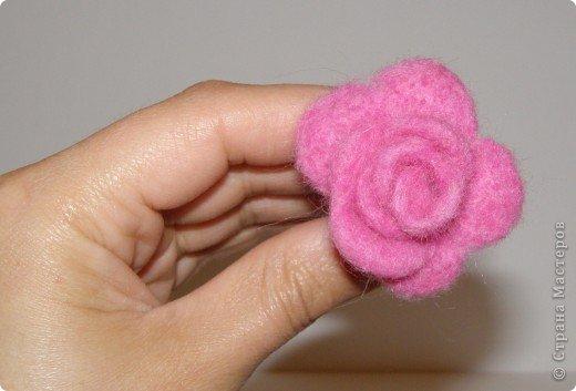 Хочу рассказать вам,  как можно сделать такой цветок легко и просто. Для этого нам понадобится: -игла для валяния (тонкая), -шерсть для валяния, -высокую губку (я использую губку для мойки авто), - лоскут креп-шифона для листочков,  -линейку, -степлер, -английскую булавку, -ароматическую или бамбуковою палочку -лист картона.  фото 19