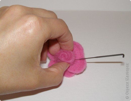 Хочу рассказать вам,  как можно сделать такой цветок легко и просто. Для этого нам понадобится: -игла для валяния (тонкая), -шерсть для валяния, -высокую губку (я использую губку для мойки авто), - лоскут креп-шифона для листочков,  -линейку, -степлер, -английскую булавку, -ароматическую или бамбуковою палочку -лист картона.  фото 20