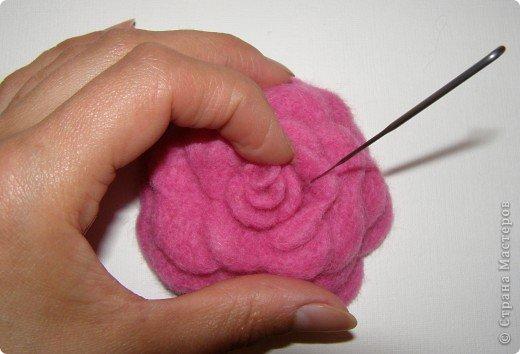 Хочу рассказать вам,  как можно сделать такой цветок легко и просто. Для этого нам понадобится: -игла для валяния (тонкая), -шерсть для валяния, -высокую губку (я использую губку для мойки авто), - лоскут креп-шифона для листочков,  -линейку, -степлер, -английскую булавку, -ароматическую или бамбуковою палочку -лист картона.  фото 23