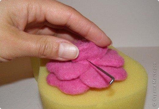 Хочу рассказать вам,  как можно сделать такой цветок легко и просто. Для этого нам понадобится: -игла для валяния (тонкая), -шерсть для валяния, -высокую губку (я использую губку для мойки авто), - лоскут креп-шифона для листочков,  -линейку, -степлер, -английскую булавку, -ароматическую или бамбуковою палочку -лист картона.  фото 24