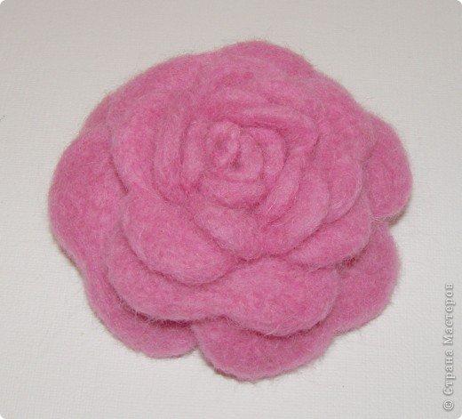 Хочу рассказать вам,  как можно сделать такой цветок легко и просто. Для этого нам понадобится: -игла для валяния (тонкая), -шерсть для валяния, -высокую губку (я использую губку для мойки авто), - лоскут креп-шифона для листочков,  -линейку, -степлер, -английскую булавку, -ароматическую или бамбуковою палочку -лист картона.  фото 25
