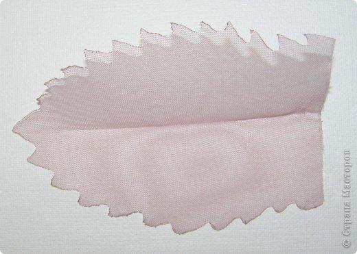 Хочу рассказать вам,  как можно сделать такой цветок легко и просто. Для этого нам понадобится: -игла для валяния (тонкая), -шерсть для валяния, -высокую губку (я использую губку для мойки авто), - лоскут креп-шифона для листочков,  -линейку, -степлер, -английскую булавку, -ароматическую или бамбуковою палочку -лист картона.  фото 28