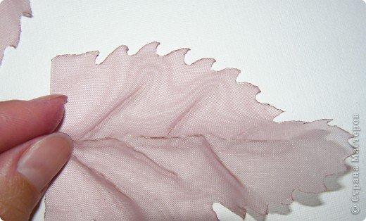 Хочу рассказать вам,  как можно сделать такой цветок легко и просто. Для этого нам понадобится: -игла для валяния (тонкая), -шерсть для валяния, -высокую губку (я использую губку для мойки авто), - лоскут креп-шифона для листочков,  -линейку, -степлер, -английскую булавку, -ароматическую или бамбуковою палочку -лист картона.  фото 30