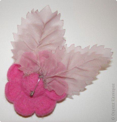 Хочу рассказать вам,  как можно сделать такой цветок легко и просто. Для этого нам понадобится: -игла для валяния (тонкая), -шерсть для валяния, -высокую губку (я использую губку для мойки авто), - лоскут креп-шифона для листочков,  -линейку, -степлер, -английскую булавку, -ароматическую или бамбуковою палочку -лист картона.  фото 32