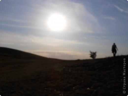 …….. в фоторепортаже представлены фотографии нескольких лет……… ………….. 2008 день солнцестояния первое мое знакомство  с Аркаимом , как с местом Силы………                Место Силы……..места силы находятся в узлах кристаллической решетки Земли……возникают МС в месте геофизических аномалий, подземных трещин, потоков идущих с ускорением или замедлением( водоворотов)……..люди используют их благие энергии для духовного и физического роста…эти места усиливают мыслеформы человека…….это места , где божественное находиться прямо у нас над головой и мы можем войти с ним в контакт без всяких посредников…..скорость движения времени, плотность пространства, изменение качества и количества энергетики в этих местах сильно отличается от  « базового» состояния МИРА……..  фото 82