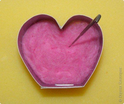 Хочу рассказать вам,  как можно сделать такой цветок легко и просто. Для этого нам понадобится: -игла для валяния (тонкая), -шерсть для валяния, -высокую губку (я использую губку для мойки авто), - лоскут креп-шифона для листочков,  -линейку, -степлер, -английскую булавку, -ароматическую или бамбуковою палочку -лист картона.  фото 8