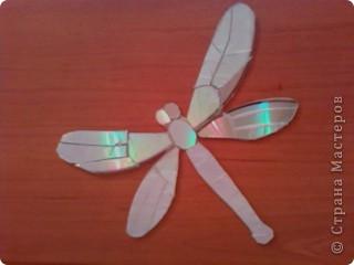 Бабочку и стрекозу я вырезала из дисков горячим ножом. Линии на крылышках сделала тоже ножом. нагревала его на плите.  фото 2