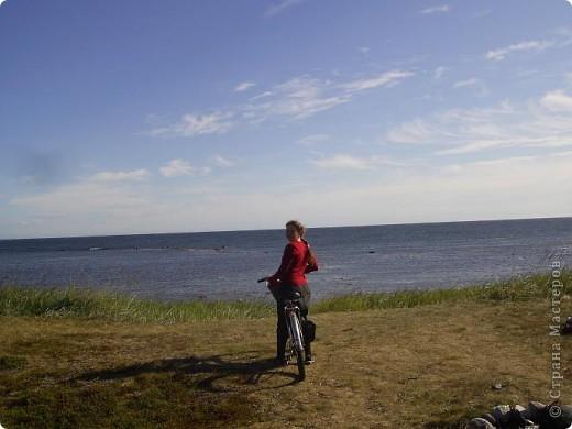 Месяц назад моя дочь ездила на Соловецкие острова к Белому морю. Соловецкий моностырь, и всё, что с ним связано - это очень интересно, но я хочу поделиться с вами тем, что поразило меня больше всего - красота северной природы. Мне, как жителю средней полосы, просто покоя не давали эти пейзажи, когда я их увидела на фото......Посмотрите вместе со мной! Итак, дочь с подругой поехали на велосипедах на южный край острова....... фото 1