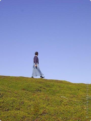 Месяц назад моя дочь ездила на Соловецкие острова к Белому морю. Соловецкий моностырь, и всё, что с ним связано - это очень интересно, но я хочу поделиться с вами тем, что поразило меня больше всего - красота северной природы. Мне, как жителю средней полосы, просто покоя не давали эти пейзажи, когда я их увидела на фото......Посмотрите вместе со мной! Итак, дочь с подругой поехали на велосипедах на южный край острова....... фото 7