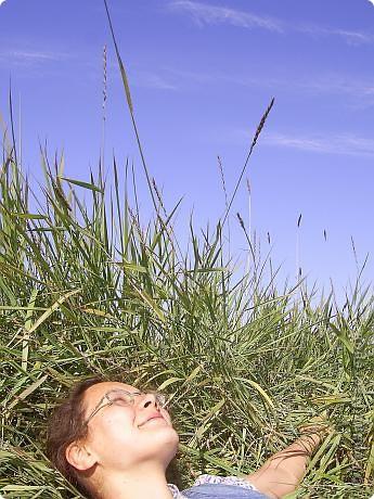 Месяц назад моя дочь ездила на Соловецкие острова к Белому морю. Соловецкий моностырь, и всё, что с ним связано - это очень интересно, но я хочу поделиться с вами тем, что поразило меня больше всего - красота северной природы. Мне, как жителю средней полосы, просто покоя не давали эти пейзажи, когда я их увидела на фото......Посмотрите вместе со мной! Итак, дочь с подругой поехали на велосипедах на южный край острова....... фото 9