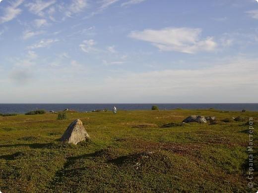 Месяц назад моя дочь ездила на Соловецкие острова к Белому морю. Соловецкий моностырь, и всё, что с ним связано - это очень интересно, но я хочу поделиться с вами тем, что поразило меня больше всего - красота северной природы. Мне, как жителю средней полосы, просто покоя не давали эти пейзажи, когда я их увидела на фото......Посмотрите вместе со мной! Итак, дочь с подругой поехали на велосипедах на южный край острова....... фото 11