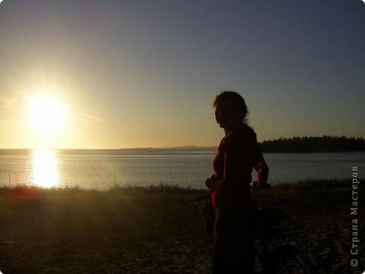 Месяц назад моя дочь ездила на Соловецкие острова к Белому морю. Соловецкий моностырь, и всё, что с ним связано - это очень интересно, но я хочу поделиться с вами тем, что поразило меня больше всего - красота северной природы. Мне, как жителю средней полосы, просто покоя не давали эти пейзажи, когда я их увидела на фото......Посмотрите вместе со мной! Итак, дочь с подругой поехали на велосипедах на южный край острова....... фото 22