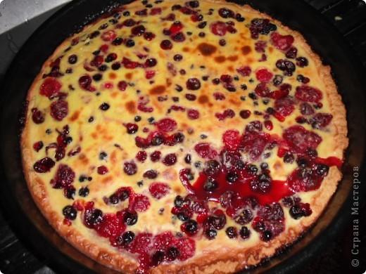недавно готовила для любимого вот такой пирог со смородиной. Правда ганаш немного протек на лист. фото 1