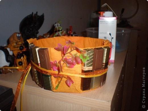Все материалы,которые использовала для создания своего конфетного букета,приобрела по 10 центов: Это и ленточки,и  пластиковые листочки,и деревянная божья коровка.А сама корзина из под Жевательных резинок(не знаю,как они на русском называются,думаю так же). фото 3