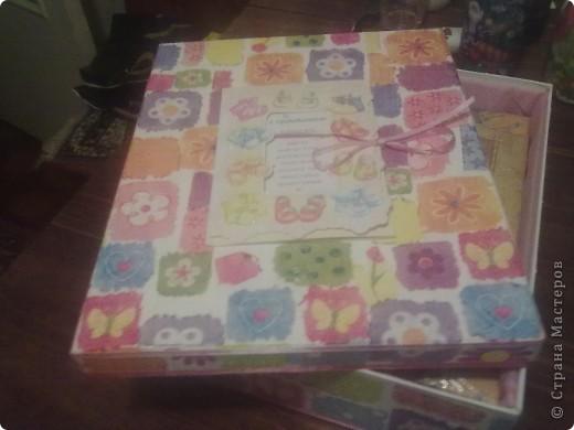 Коробочку сделала на подарок для новорожденной! Сверху наклеена открытка покрытая лаком а внутри  подклада и для мягкости синдипон. фото 2