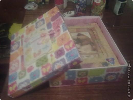 Коробочку сделала на подарок для новорожденной! Сверху наклеена открытка покрытая лаком а внутри  подклада и для мягкости синдипон. фото 1