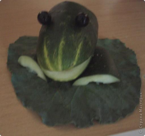 Лягушонок из огурца фото 1