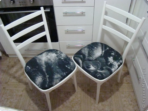 Наконец-то мы сделали ремонт в кухне. Теперь старые стулья совсем не подходили к новой кухне и я решила, что это прекрасная возможность потворить. Весь процесс был заснят поэтапно, выкладываю  с комментариями. Вот такие они сейчас фото 1